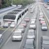 Conheça o ônibus que passa por cima de carros